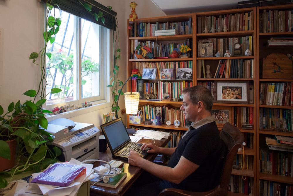 הורוביץ בחדר העבודה. ''חסר קצת מקום, בעיקר לספרים'' (צילום: אביעד בר נס)