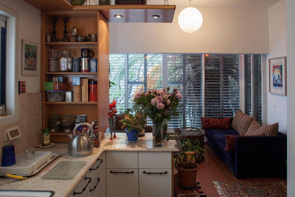 מבט מהמטבח לכיוון מרפסת סגורה, שבה מוקמה פינת ישיבה נוספת, בסגנון מרוקאי (צילום: אביעד בר נס)