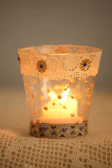 נר שלישי. עם פרחי זהב (צילום: מיה כרמי דרור)