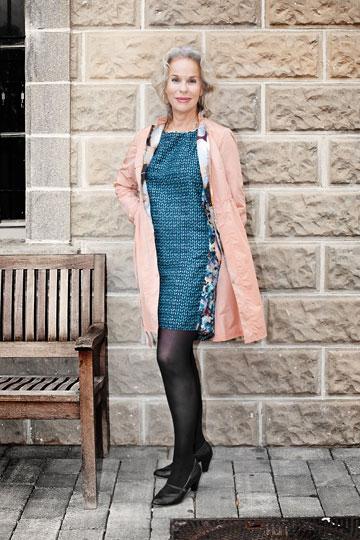 דניאלה פז-אורה בבגדים של גרטרוד. ''רוב הפריטים מתאימים לנשים יותר צעירות, אבל הסריגים והחצאיות הארוכות מתאימים גם לנשים בגילי ומאוד יפים''  (צילום: ענבל מרמרי)
