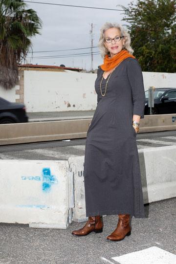 דניאלה פז-אורה בבגדים של אלונה בר יונה. ''שחור לא מחמיא לי – בעיקר לא לעור הפנים'' (צילום: ענבל מרמרי)