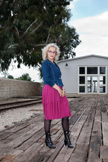 דניאלה פז-אורה בבגדים של דורית שדה. פריטים צבעוניים ושלל אביזרים  (צילום: ענבל מרמרי)