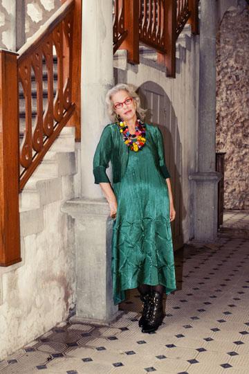 דניאלה פז-אורה בבגדים של דורית שדה. ''מתאימים לגוף הנשי שמעבר למידה 36''  (צילום: ענבל מרמרי)