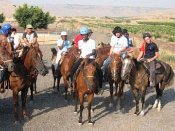 ילדי קדמה ברכיבה (צילום: אתר כפר הנוער קדמה)