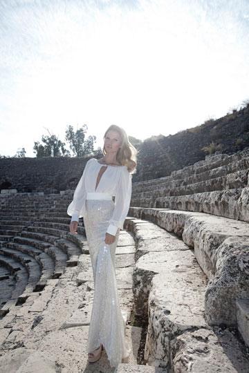 ''קולקציית שמלות הערב החדשה שלי מחברת בין עתיק ועתידני, שקוף ואטום, צבעוני ושחור-לבן, ורך וקשה'' (צילום: יניב אדרי)