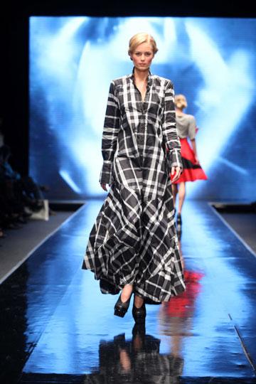 ''אני מאוד סקרנית לראות את התצוגות של כל המעצבים''. התצוגה של אלמביקה בשבוע האופנה תל אביב 2011 (צילום: אבי ולדמן)