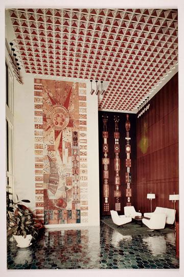 קיר קרמיקה של האמן דניאל נחום בלובי מגדל מלון איבואר, אבידג'אן, שנות ה-70 (עיבוד תמונה: אבי חי)