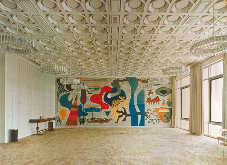 האולם הלבן. עבודת קיר של הצייר יוחנן סימון במלון ''דן'' תל אביב (עיבוד תמונה: אבי חי)