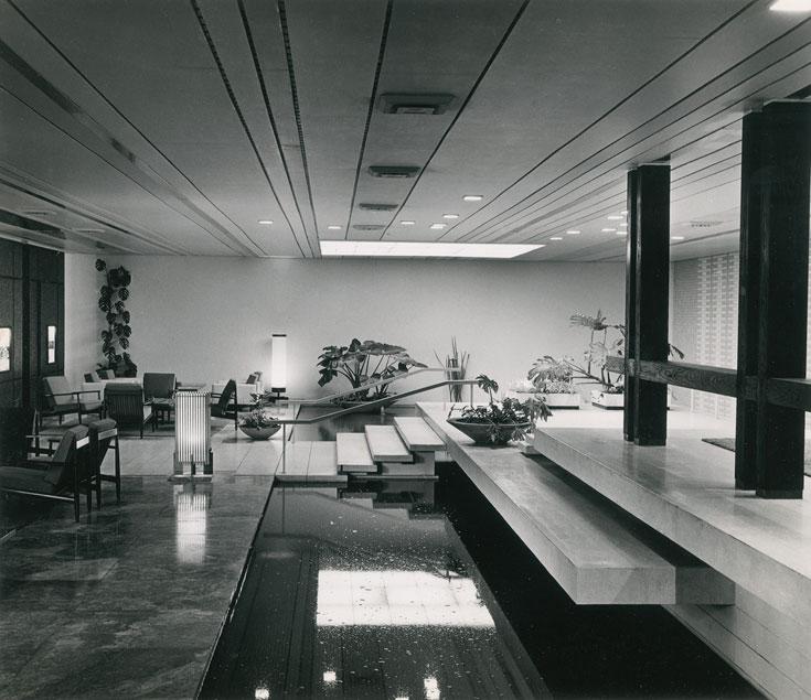 לובי מלון דן תל אביב, שנות ה-60. הרבה מעיצוביו לרשת זו נשמרו גם היום (עיבוד תמונה: אבי חי)