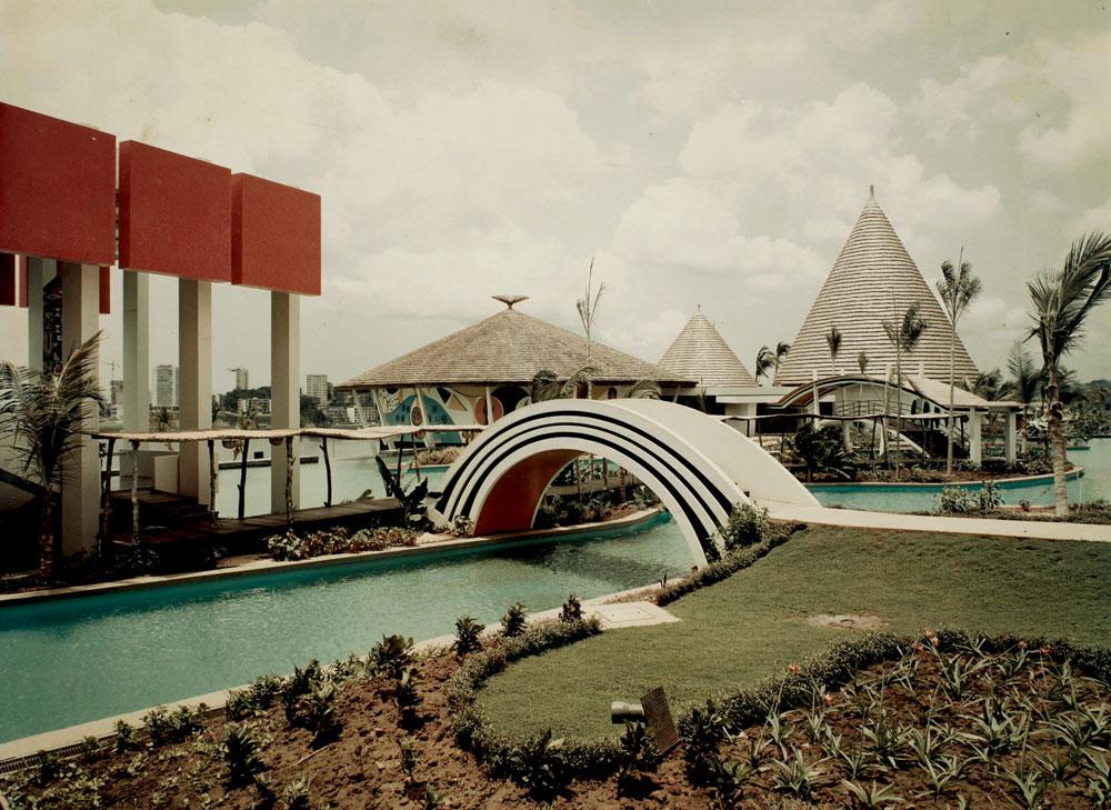 מלון הפאר ''הוטל איבואר'' בחוף השנהב. כאן ניתנה לו יד חופשית בעיצוב, והתוצאה - אפילו היום, אחרי שהמלון נפגע במלחמת האזרחים - היא אתר ש''לונלי פלאנט'' ממליץ להגיע אליו (עיבוד תמונה: אבי חי)