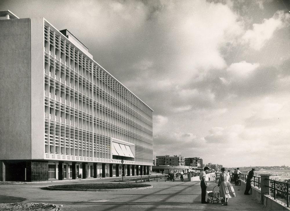 מלון דן תל אביב (לפני שהחזית עוצבה ונצבעה בידי יעקב אגם). ''כאן עטפה אותך תפאורה ב-360 מעלות'', נזכר רן שחורי (עיבוד תמונה: אבי חי)