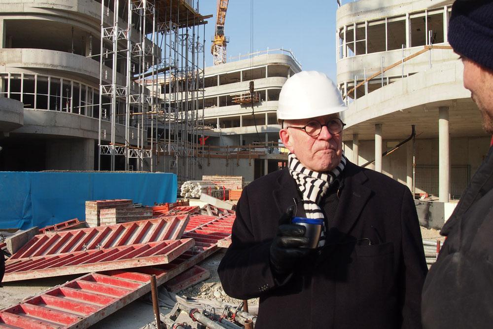 קוק באתר הבנייה בווינה. ''אני עדיין לא משתמש במחשב, אבל לא חושב שיש הבדל בין הבניינים שאני בונה לבין האיורים של פעם'' (באדיבות פיטר קוק)