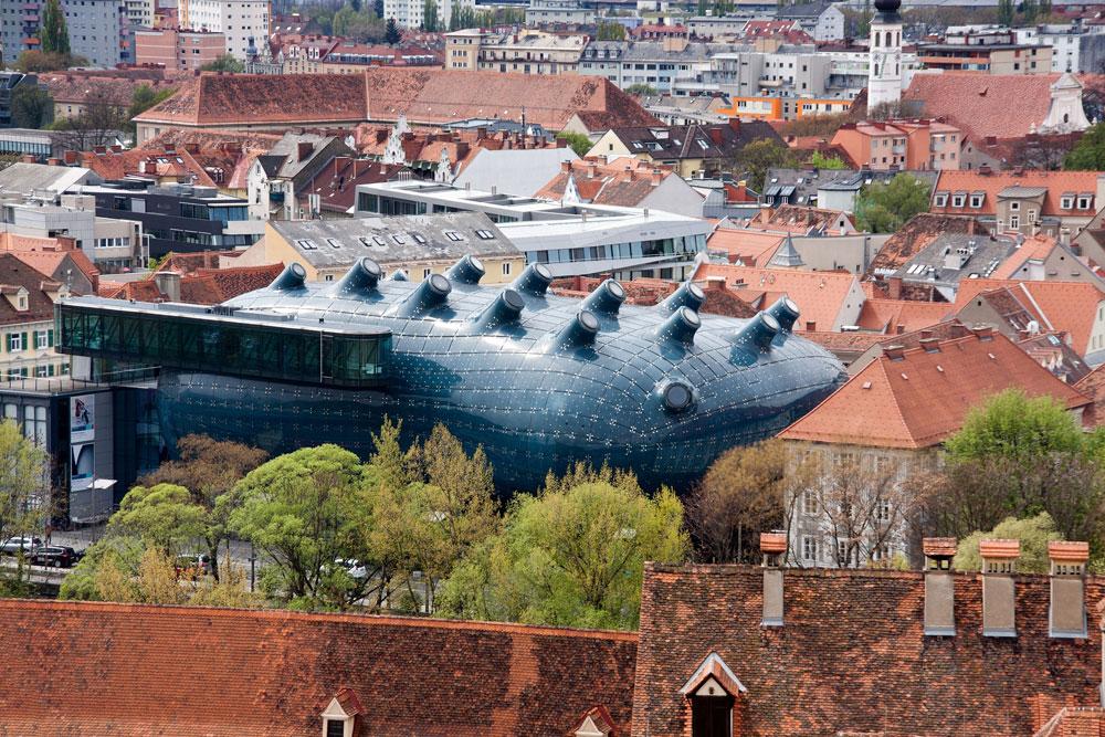 החייזר שנחת על גראץ, העיר האוסטרית העתיקה: הגלריה לאמנות שתיכנן המשרד של קוק לא שייך למרקם הישן, ואיכשהו משתלב בו לא רע (צילום: Yu Lan/shutterstock)