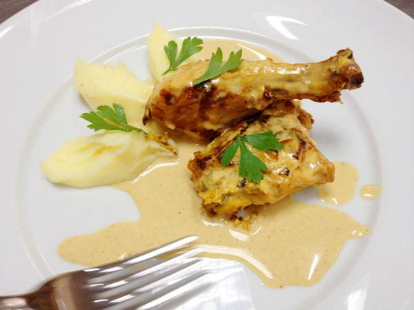 האם תרנגולות חוות רגעים של אינטימיות? עוף ברוטב חרדל עם פירה (צילום: מרב סריג)