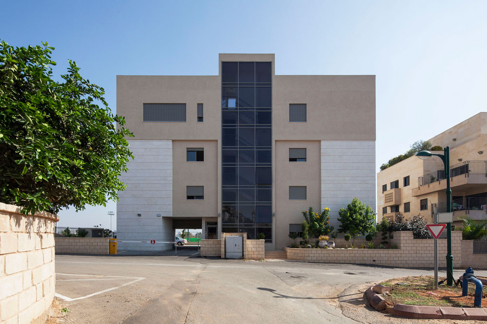 בניין המגורים של ח''כ יוחנן פלסנר, בשכונה חדשה בהוד השרון. ''הגעתי לפה במקרה, אבל אני מאוד אוהב את העיר, שהיא דינמית ומתפתחת עם המון ילדים וזוגות צעירים'' (צילום: אביעד בר נס)