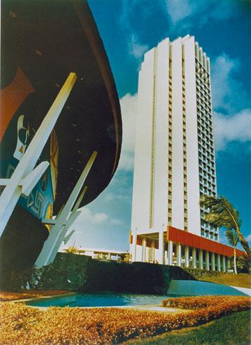 Hotel Ivoire באביג'אן (משמאל: הקזינו). המפואר ביותר במערב אפריקה (עיבוד תמונה: אבי חי)
