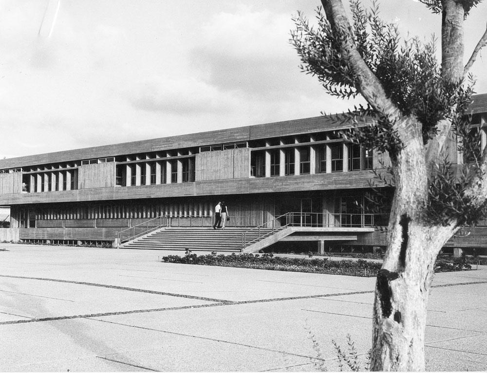 בניין הפקולטה לניהול (רקנאטי) באוניברסיטת תל אביב (בשלב שבו היו למבנה רק שתי קומות). ''עבודה עם הצורות הנכונות, ולא יעזור כלום'', אמר צפור (באדיבות צפור אדריכלים)