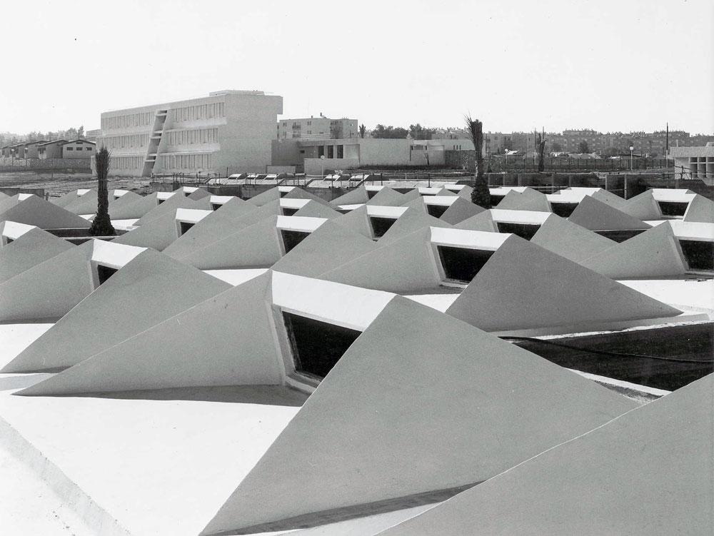 גגות המרכז לבריאות הנפש בבאר שבע, וברקע בית הספר לאחיות. בשבח הצורות הפשוטות (באדיבות צפור אדריכלים)