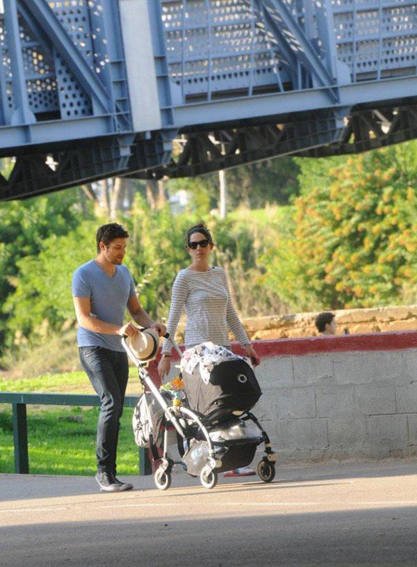 משפחה חמה. וקסמן ושולברג מטיילים עם לילי (צילום: ברק פכטר)