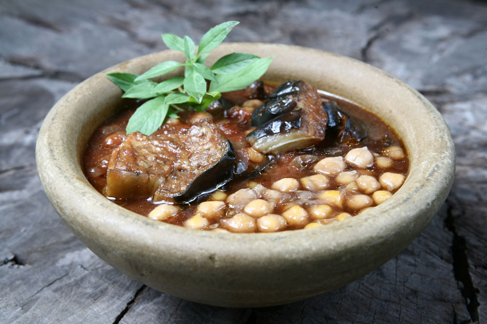 מנזאלי - תבשיל עוף עם חומוס וחצילים (צילום: לוטם תקשורת)