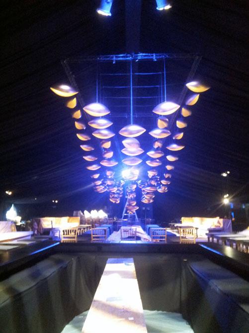 מאות מנורות פח בצורת כדורי פוטבול (צילום: איתי יעקב)