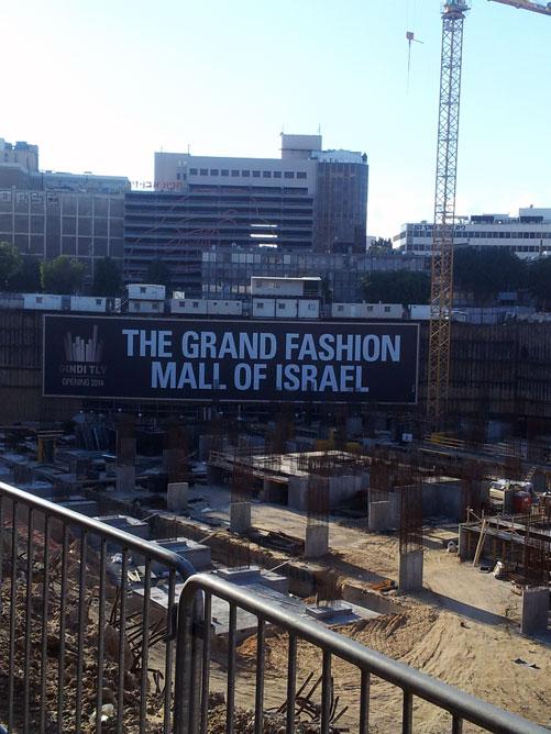 נוף של אתר בנייה מאוהל התצוגות של שבוע האופנה גינדי תל אביב (צילום: איתי יעקב)