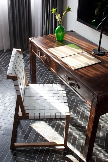 שולחן עבודה עשוי עור, במראה שמזכיר מזוודה ישנה (צילום: עמית גרון)