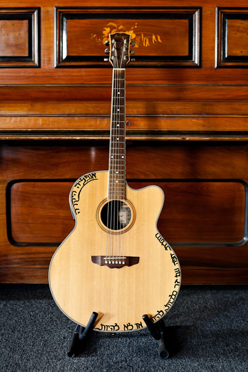 מקום של כבוד: הגיטרה של אלי זולטא (צילום: ענבל מרמרי)