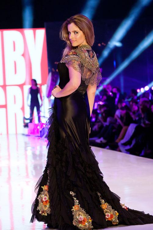 נועה תשבי בשמלה של מיכל נגרין בערב הפתיחה. הגיעה גם לשורה הראשונה בשלל תצוגות (צילום: ענבל מרמרי)