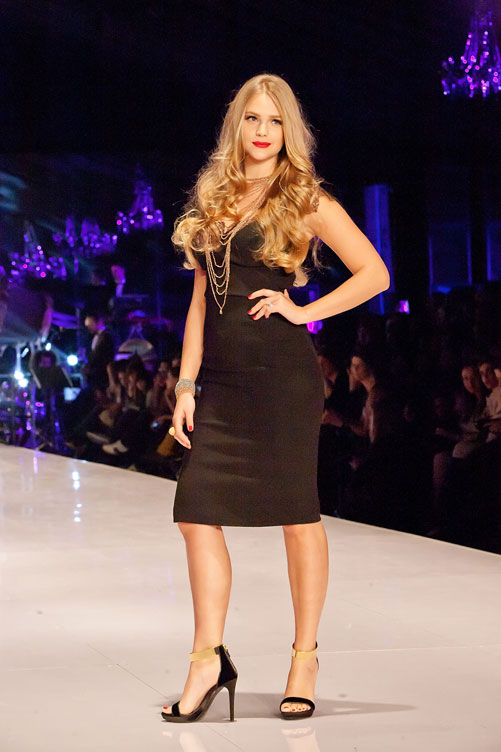 שמלה שחורה מבליטת חמוקיים ותכשיטים של חברת מילר. אסתי גינזבורג (צילום: ענבל מרמרי)