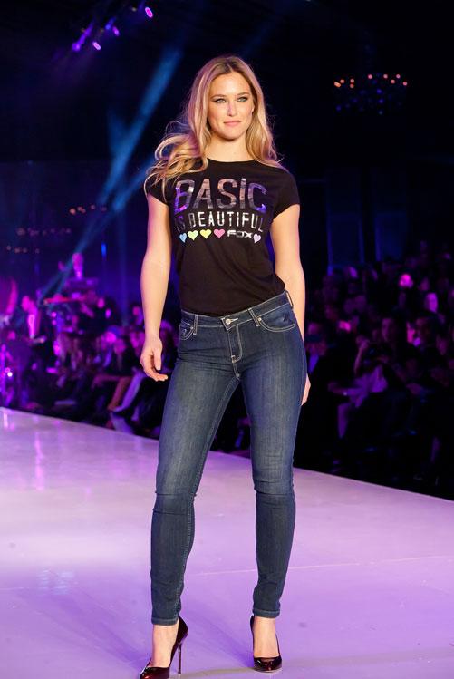 בר רפאלי על המסלול בג'ינס וטי שירט של פוקס. ערב הפתיחה של שבוע האופנה גינדי תל אביב (צילום: ענבל מרמרי)