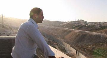 יהודי ופלסטינאי מיישירים מבט (צילום מסך: יוטיוב)
