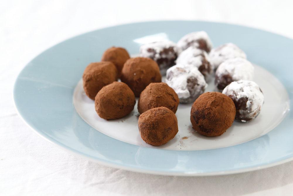 אפשר להשתמש גם בסוגים אחרים של אגוזים. טראפלס שוקולד עם קרמל ואגוזי לוז (צילום: אפיק גבאי)