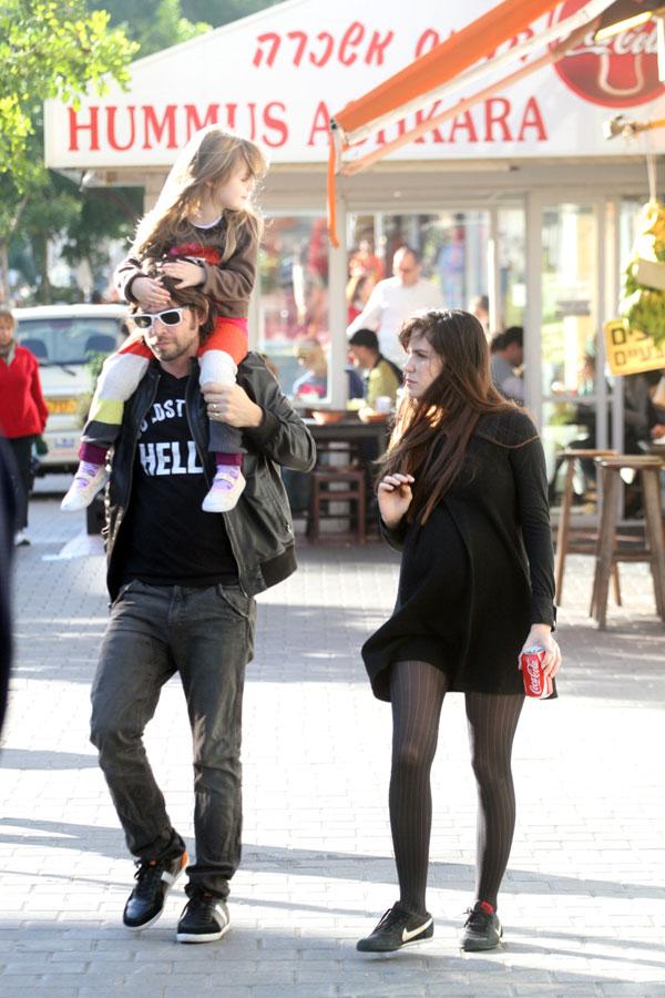 גרטי, רוט והבת הלנה ברחובות תל אביב (צילום: ג'קי יעקב)