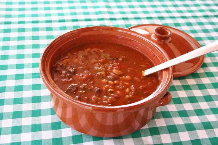 מרק שעועית עם בשר (צילום: אסנת לסטר)