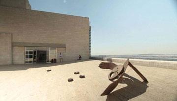 האגף הישן. ''הבניין מצטיין ברגישות לנוף'' (צילום: אפי שמח, דוד גוגנהיים)