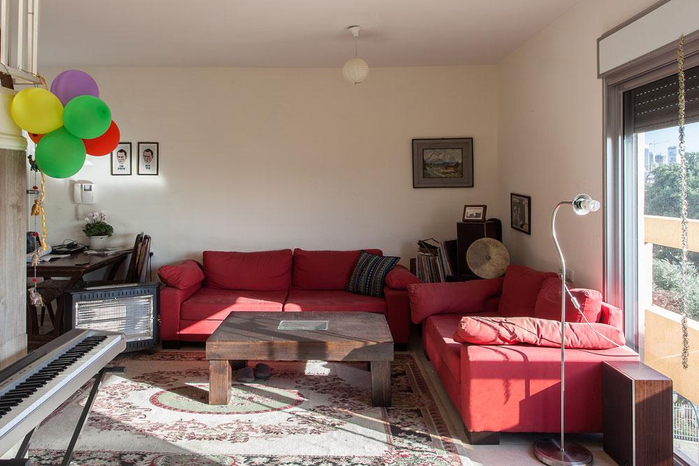 חמישה חדרים, ארבעה שותפים. רוב הרהיטים הם מיד שנייה, כאלה שנמצאו ברחוב או באינטרנט. ''כשאני חוזרת לפה אני שמחה לראות את השותפים שלי, לא את הבית'' (צילום: טל ניסים)