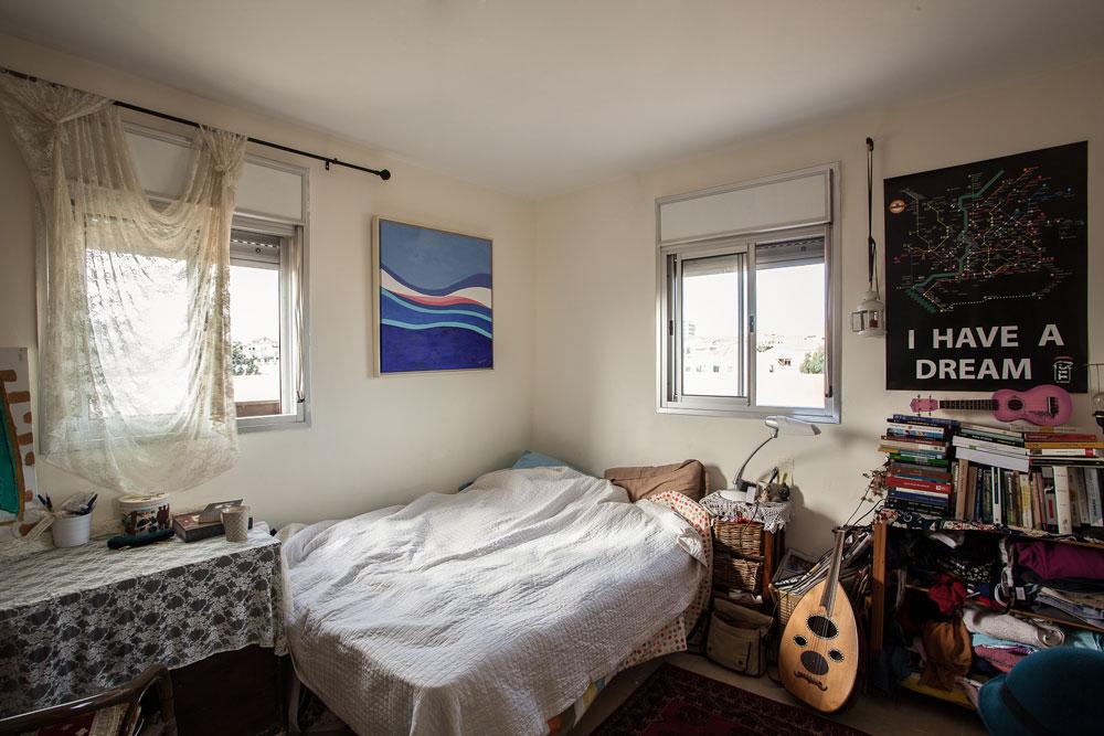 חדרה של שפיר. כלי נגינה, ספרים ובגדים בערימות. מעל המיטה ציור שציירה סבתה. שולחן העבודה מתחת לחלון: ''איפה שאני כותבת - שם חייב להיות חלון'' (צילום: טל ניסים)