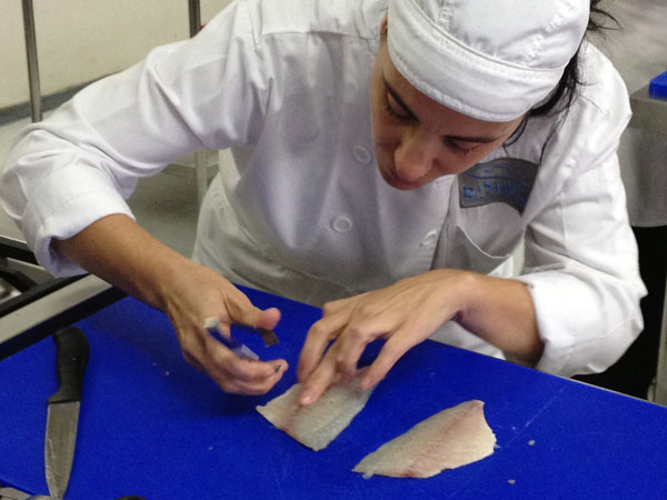 לא לשכוח להתנצל בפני הדג. מרב מוציאה עצמות בפינצטה (צילום: מרב סריג )