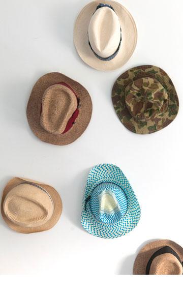 ''אני לא אוהבת תכשיטים, אבל מפצה על זה באביזרים כמו צעיפים, תיקים וכובעים כמובן''. אוסף הכובעים של ברקוביץ' (צילום: שי נייבורג)