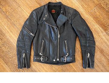 ז'קט עור שחור. ''כל אישה זקוקה לאחד כזה בארון'' (צילום: שי נייבורג)