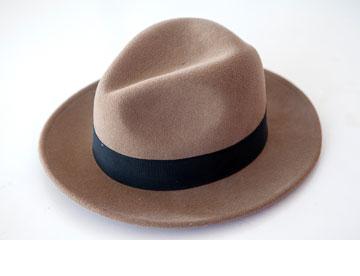 ''בחורף אני עם המגבעת הזאת, שמלבד היותה פריט אופנתי, היא גם מחממת את הראש'' (צילום: שי נייבורג)