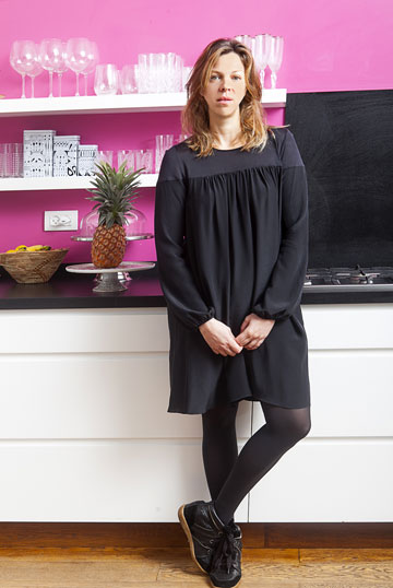 אילנה ברקוביץ' במטבח ביתה, שנצבע בוורוד פוקסיה. ''אני בטוחה שאם הייתי עושה חדר שכולו מנומר, עם ספות עור, זה לא היה עובר'' (צילום: שי נייבורג)
