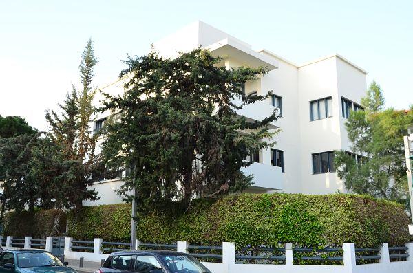 ''מוזיאון הבאוהאוס''. שאר המבנים ברחוב יותר מזמינים ממנו (צילום: אבי לוי)