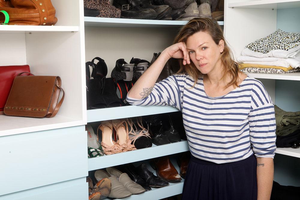 אילנה ברקוביץ' וארון הבגדים שלה. ''אני מאמינה שעיצוב, סגנון וטעם לא בהכרח קשורים לכסף. אפשר לעצב את הבית ולבנות מלתחה במעט כסף ולאורך זמן. זה הכול עניין של יצירתיות'' (צילום: שי נייבורג)