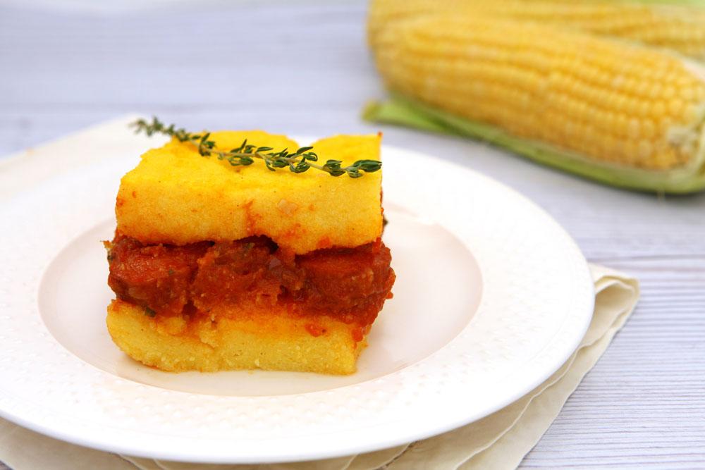 מאפה פולנטה עם רוטב עגבניות ונקניקיות (צילום: לירון אלמוג)