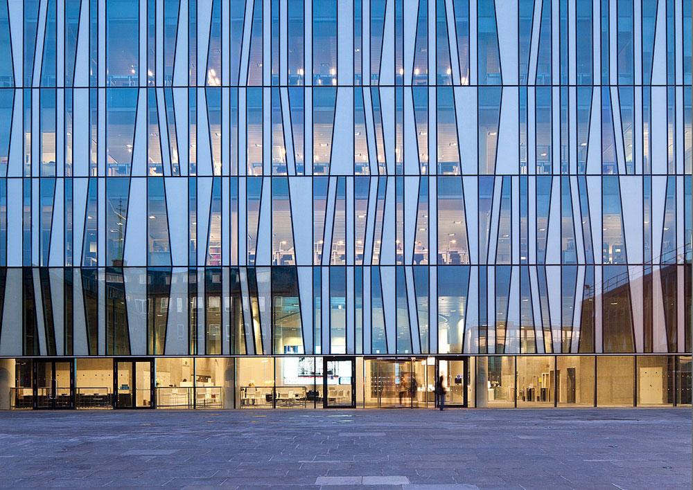 הספרייה החדשה של אוניברסיטת אברדין, סקוטלנד, נראית כמבנה נוקשה ומרובע מבחוץ. הזכוכיות המשובצות ''באקראי'' הן מסימני ההיכר של המבנה (צילום: schmidt hammer lassen architects)