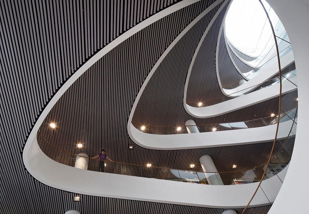 בפנים, המקצב משתנה: ספירלה א-סימטרית עולה באופן אליפטי ובלתי אחיד לגובה 8 קומות (צילום: schmidt hammer lassen architects)