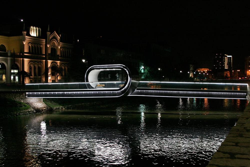 גשר הלולאה ''פסטינה לנטה'' (תמהרו באיטיות) על נהר החוצה את סרייבו. לא אדריכלים אחראיים לפרויקט המקורי הזה, אלא 3 מעצבים תעשייתיים (באדיבות Amila Hrustic )