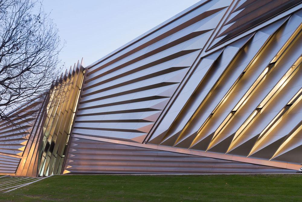 בצד הראוותני והאייקוני נמצאת, כמו תמיד, זאהה חדיד. מוזיאון האמנות אלי ואדית ברוד, במישיגן, מבליט את עצמו יותר מאשר את פריטי האמנות בתוכו (צילום: Iwan Baan)